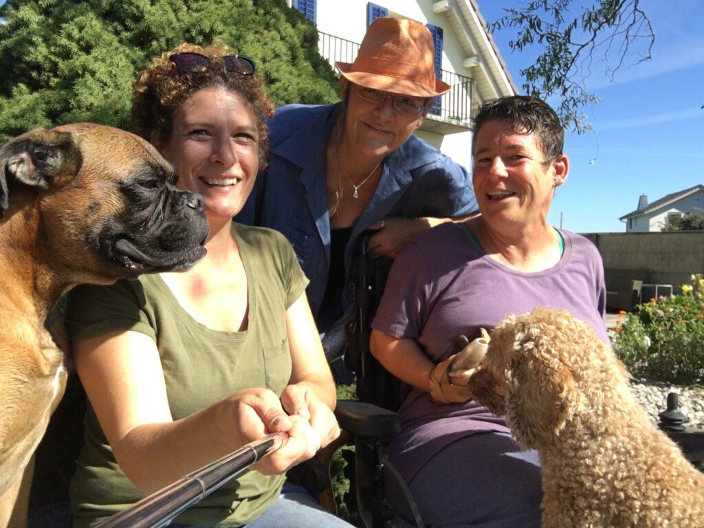 Daniela, Esther und Cornelia mit den Hunden Samu und Ivo